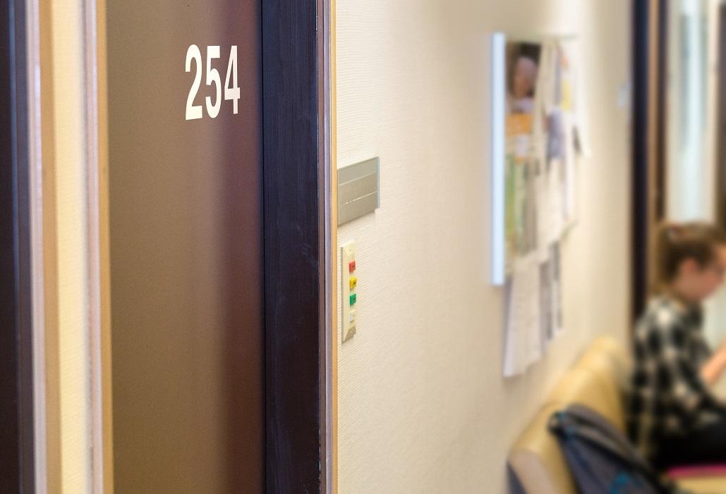写真・図版 : 学校に第三者による専門的な相談室を設置すれば、性暴力の抑制につながる Tero Vesalainen/Shutterstock.com
