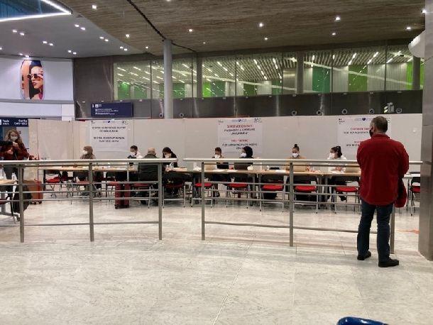 写真・図版 : 写真1 PCRの検査のためのカウンター①=パリ・シャルルドゴール空港、金塚彩乃撮影