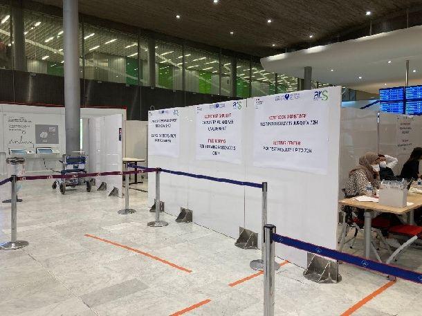 写真・図版 : 写真2 PCRの検査のためのカウンター②=パリシャルルドゴール空港、 金塚彩乃撮影