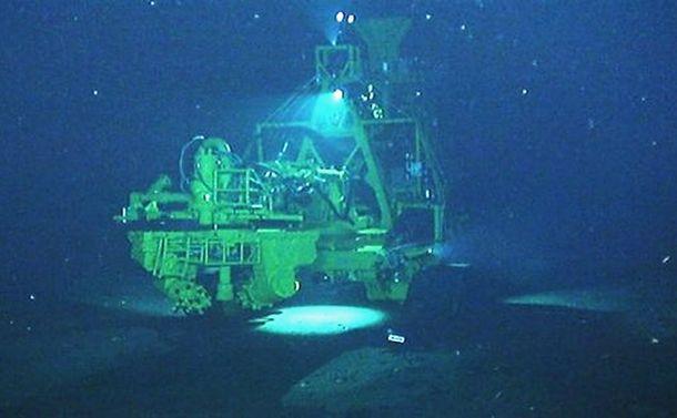 写真・図版 : 「海のジパング計画」、海底で作業する集鉱試験機=経済産業省HPより