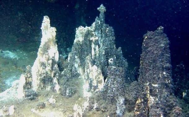 写真・図版 : 海底熱水鉱床。噴き出した金属が冷やされて小山を作る=JOGMECのHPより