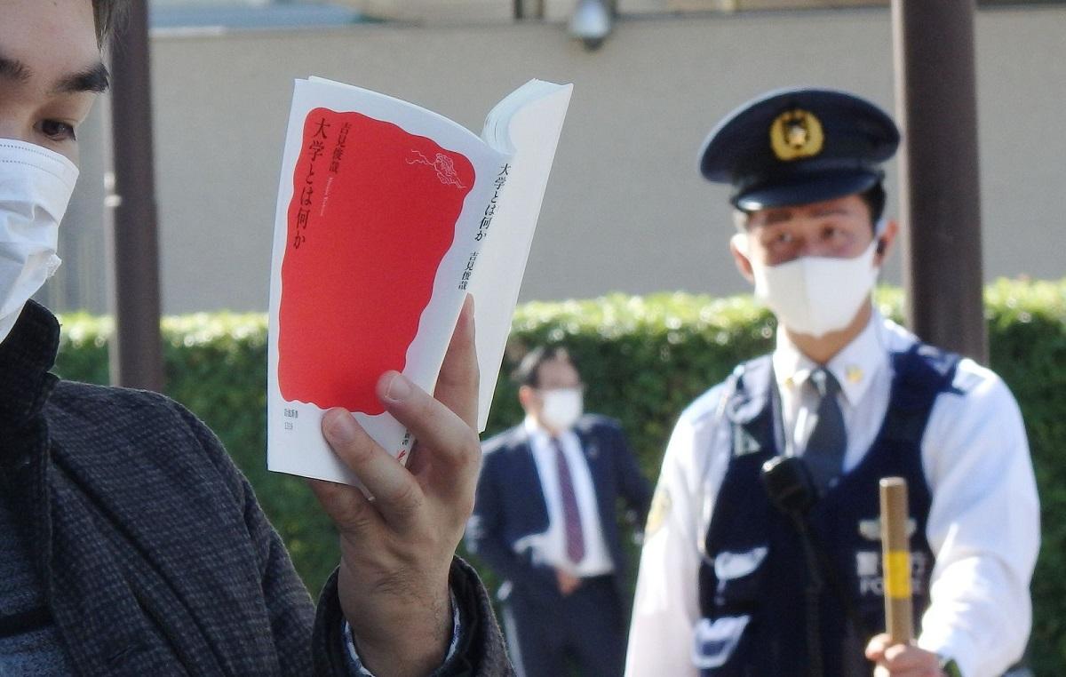 写真・図版 : 官邸前での読書は「反政府活動」と見なされるようになった(ハンスト最終日)=2020年10月26日、首相官邸前