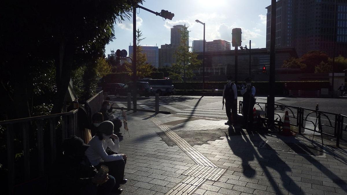 写真・図版 : 菅野氏が去った後にも読書する人々の姿が(ハンスト最終日)=2020年10月26日、首相官邸前