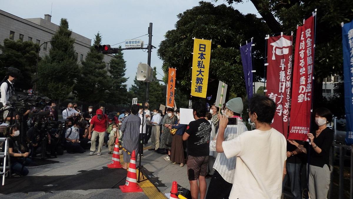 写真・図版 : 抗議集会にはマスメディアも集まったが、すぐ脇で行われていたハンストはまったく報じられなかった(ハンスト2日目)=2020年10月3日、首相官邸前