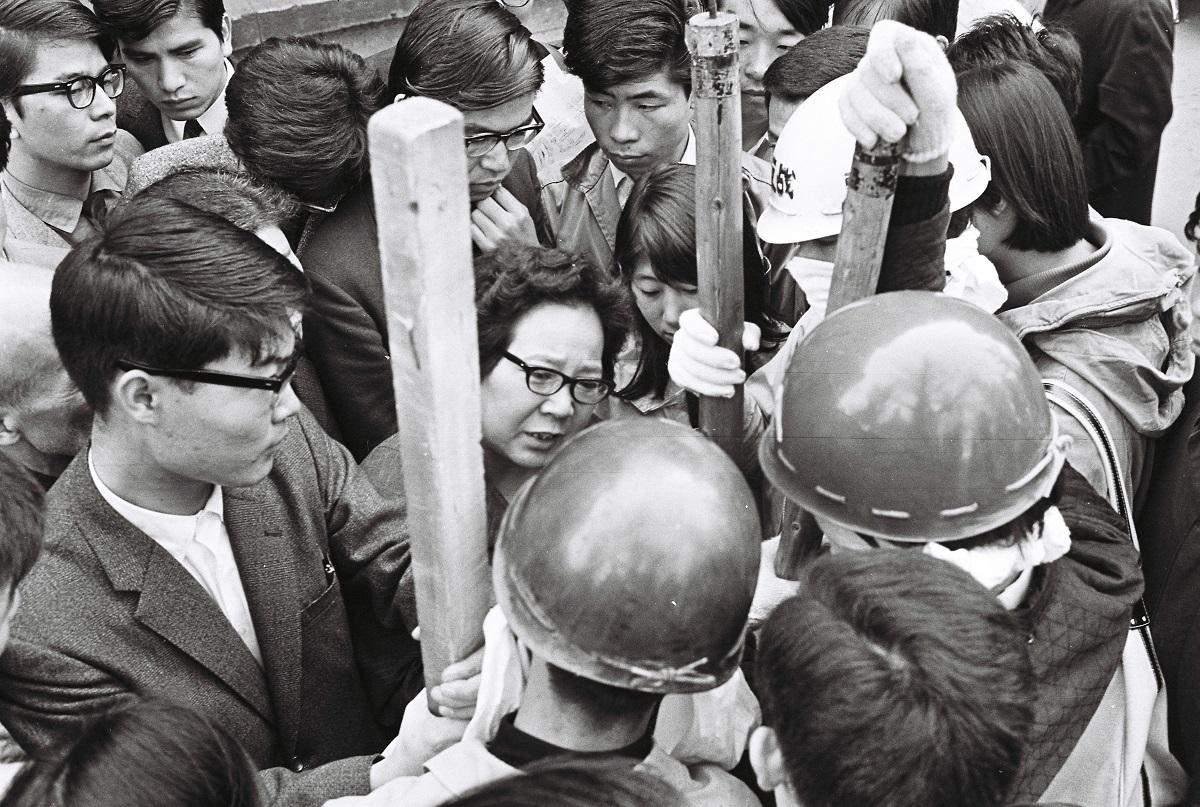 写真・図版 : 学生によってバリケード封鎖された東大を訪れて、暴力はやめてと説得する母親=1968年11月22日、東京都文京区の東大構内