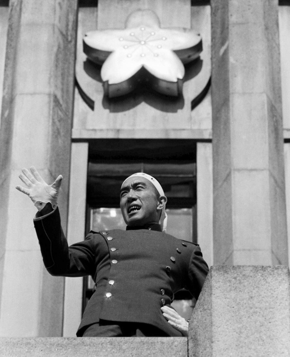 写真・図版 : 自衛隊基地のバルコニーで演説する三島由紀夫1970年11月25日、東京都新宿区の陸上自衛隊東部方面総監部