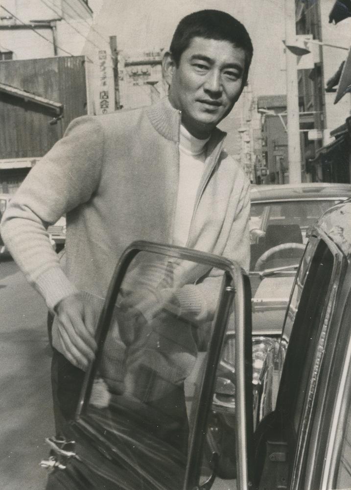 写真・図版 : 1971年、「任俠スター」だった当時の高倉健