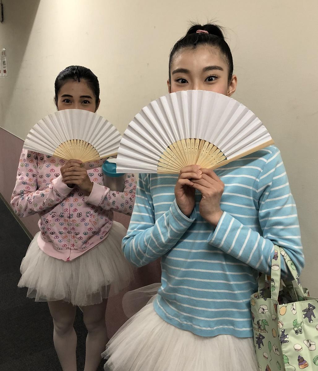 写真・図版 : 扇子で口元を隠すバレエガールズ役の井坂泉月(左)と井上花菜