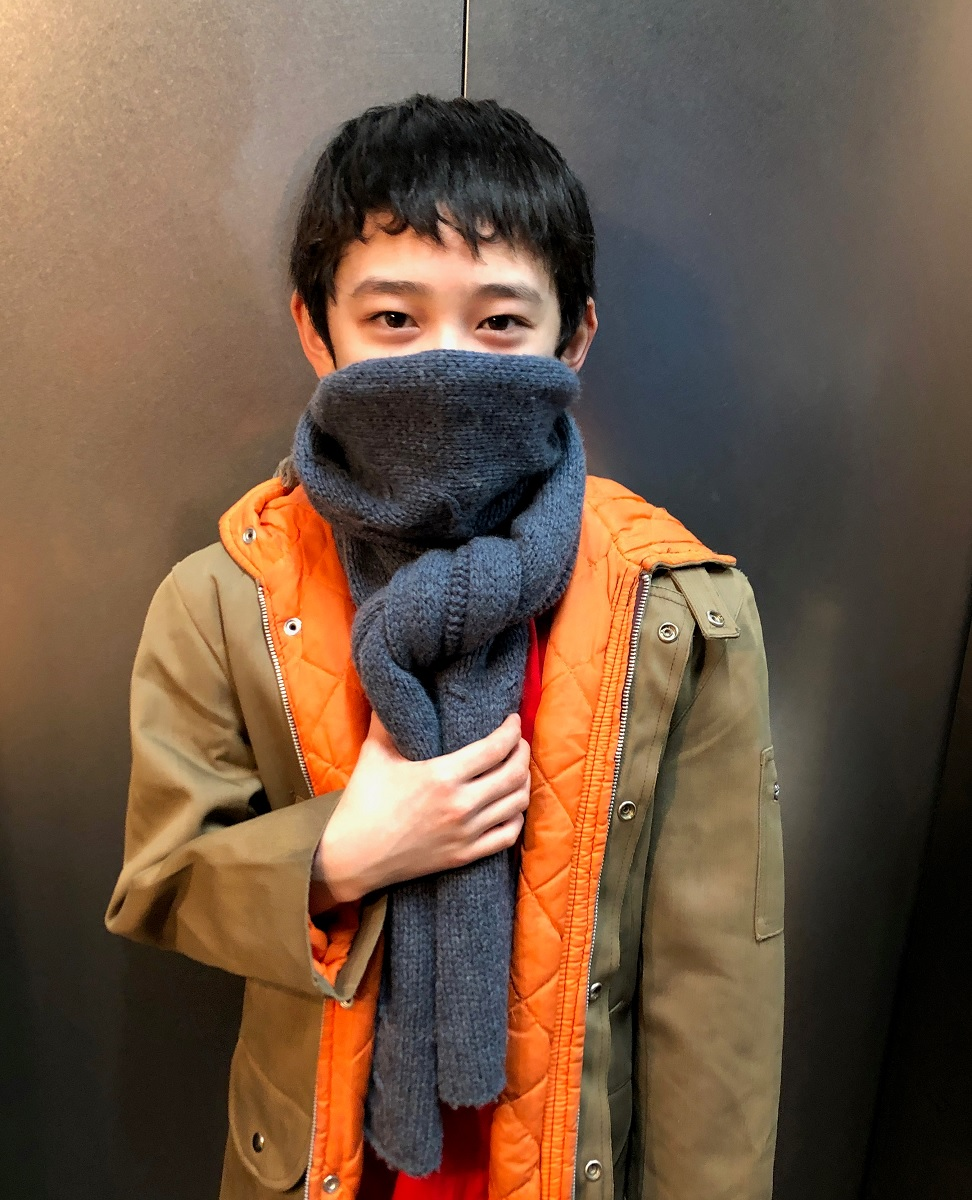 写真・図版 : マフラーを巻いたビリー役の中村海琉