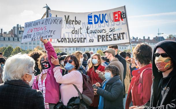 写真・図版 : サミュエル・パティ氏の殺害テロ事件に抗議する人たち(リヨン、2020年10月18日) shutterstock.com