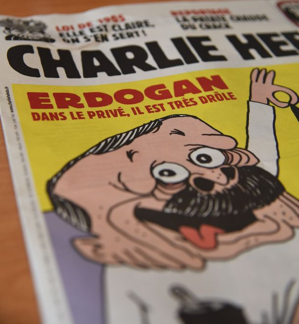 写真・図版 : 「シャルリー・エブド」が10月28日発売号で1面に掲げた、トルコのエルドアン大統領の風刺画=パリ、疋田多揚撮影