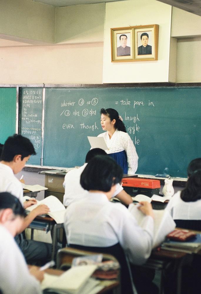 写真・図版 : 金日成国家主席・金正日書記の肖像画が掲げられた東京朝鮮高級学校の教室=1994年6月17日、東京都北区