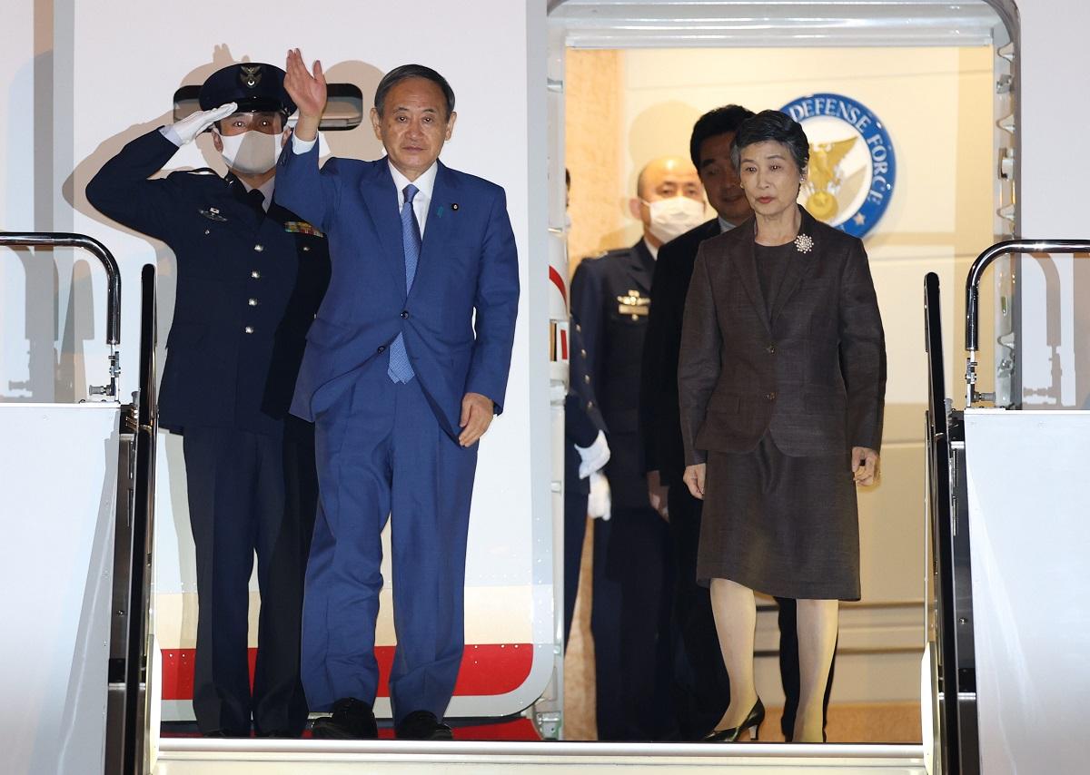 写真・図版 : 初外遊を終え、羽田空港に到着した菅義偉首相(左)と妻の真理子さん=2020年10月21日