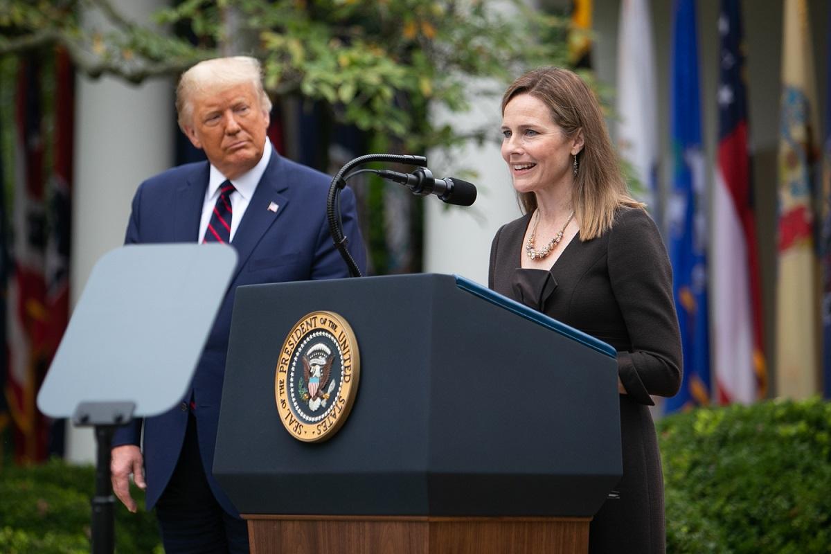 写真・図版 : トランプ大統領(左)から連邦最高裁判事の指名を受けたエイミー・コニー・バレット氏=2020年9月26日、撮影・ランハム裕子