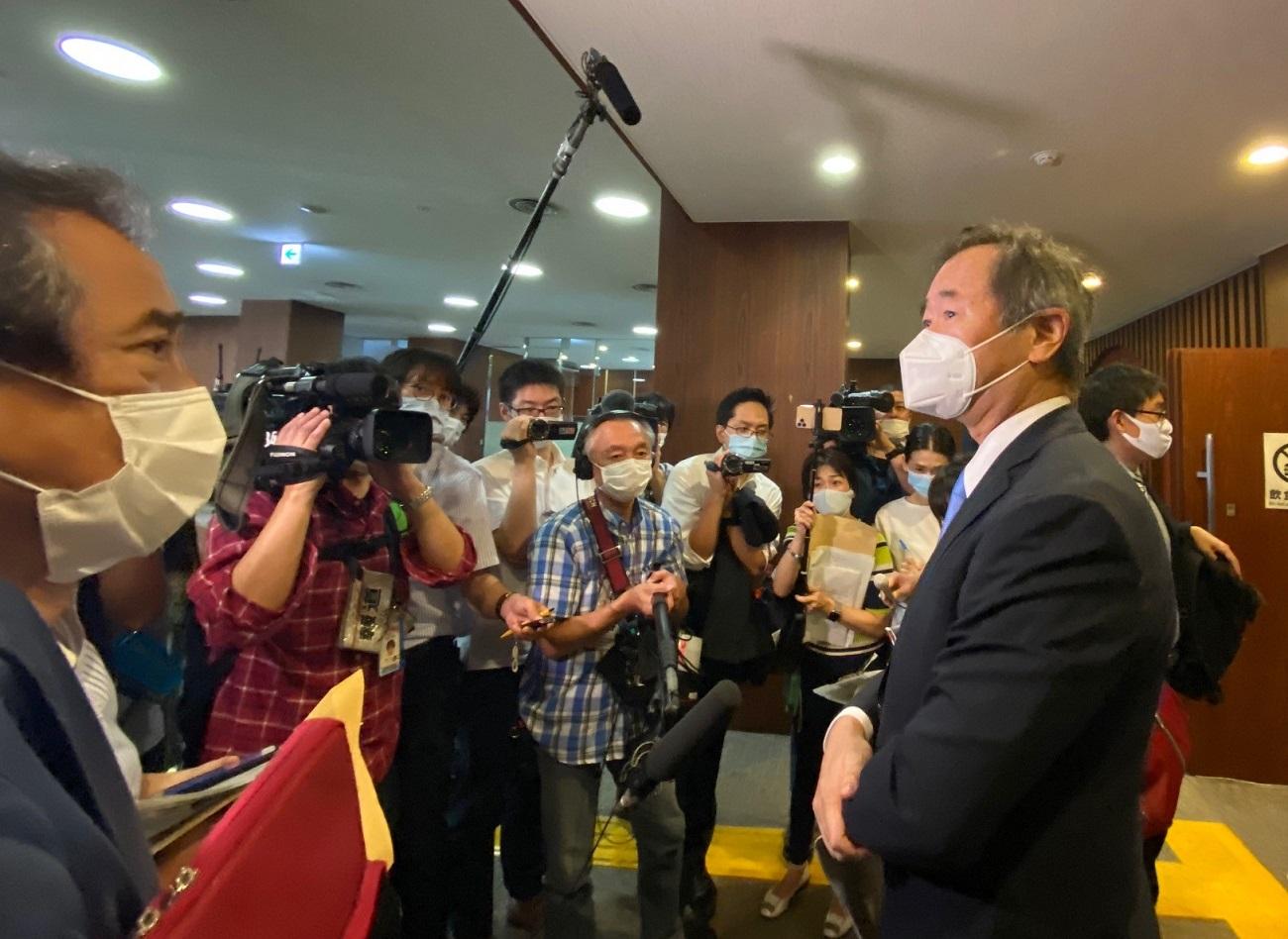 学術会議の総会後、取材に応じる梶田隆章新会長 20201002