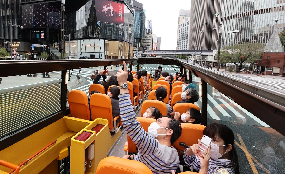 写真・図版 : 「はとバス」の都内を周遊するツアー=2020年10月1日、東京都中央区