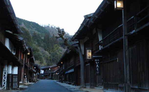 中山道・妻籠宿の奇跡~宿場も街道も山並みも「景観」丸ごと保存