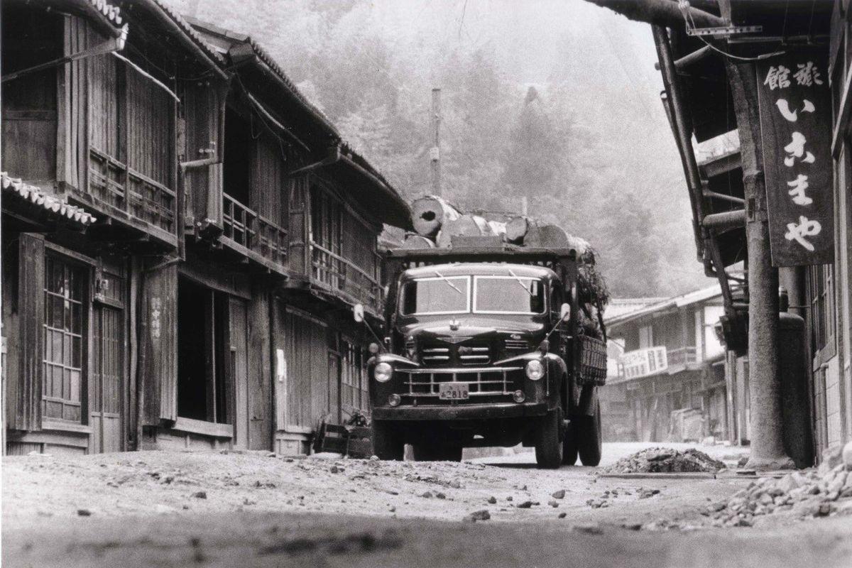 写真・図版 : 1965(昭和40)年頃の寺下地区。まだ家々は修復されていない=妻籠を愛する会提供