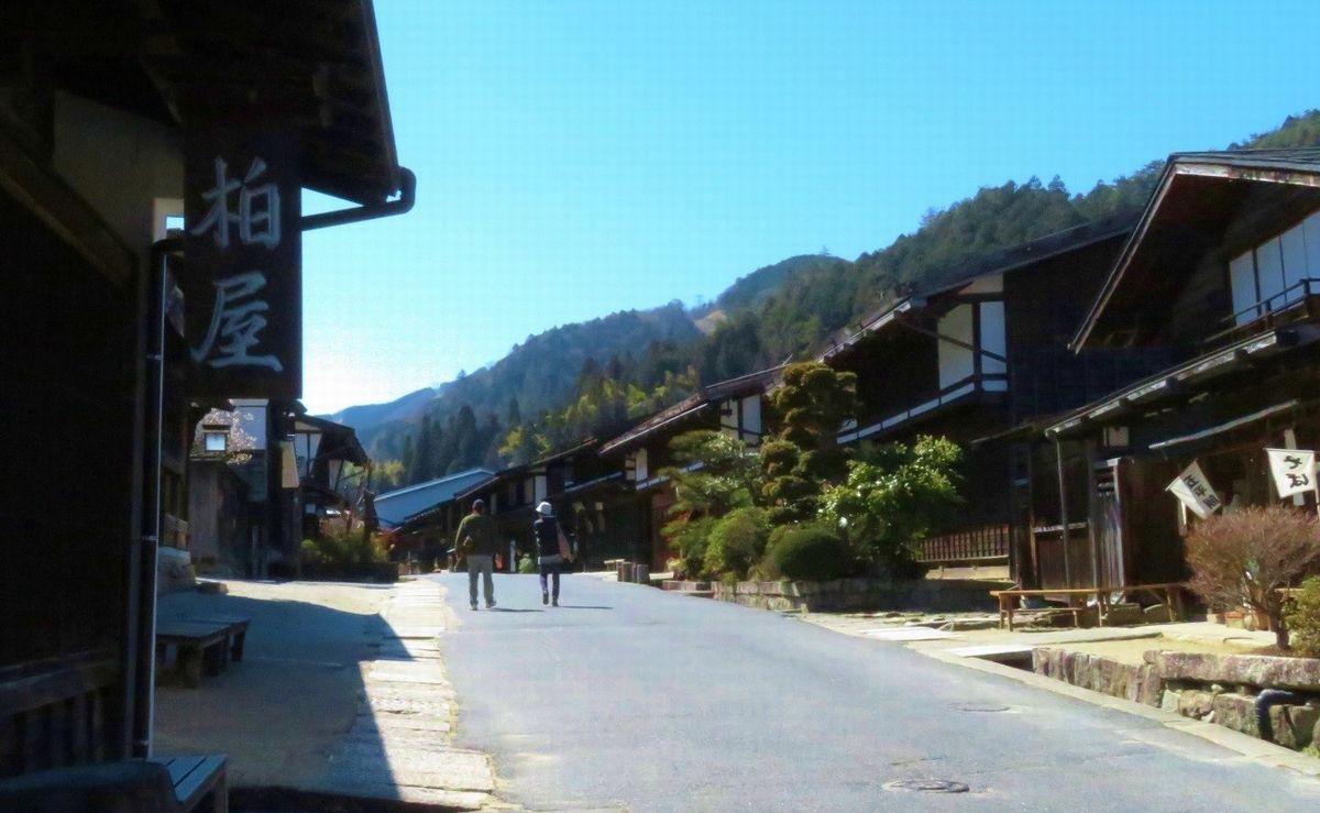 写真・図版 : 電柱を街道の裏側に移設し、江戸時代の景観を取り戻した=筆者撮影