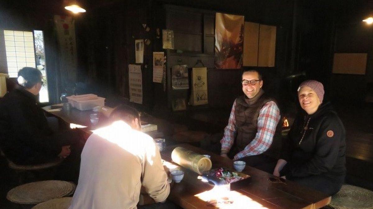 """写真・図版 : 多くの外国人が利用する一石栃立場茶屋。""""国際ミーティング場""""の異名がつくほどだ=筆者撮影"""