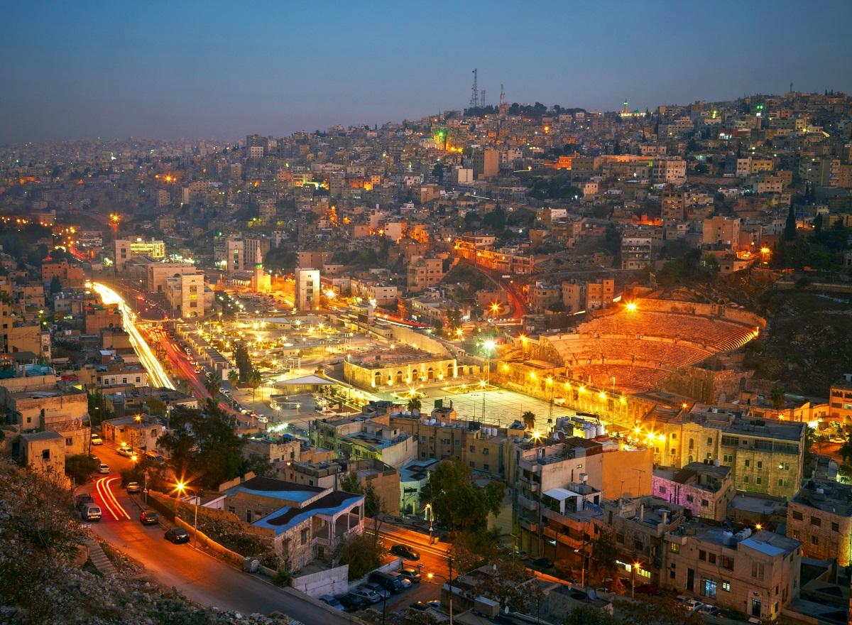 写真・図版 : ヨルダンの首都アンマンの夜景 SJ Travel Photo and Video/Shutterstock.com