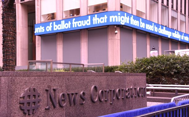 写真・図版 : 大統領選の結果を受けた抗議デモを警戒して1階のガラス窓が板で覆われたFOXニュースが入るビル=2020年11月3日、ニューヨーク