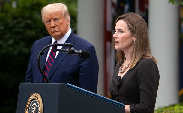 写真・図版 : トランプ米大統領(左)から最高裁判事の指名を受け、ホワイトハウスで話すバレット連邦高裁判事=2020年9月26日、ワシントン