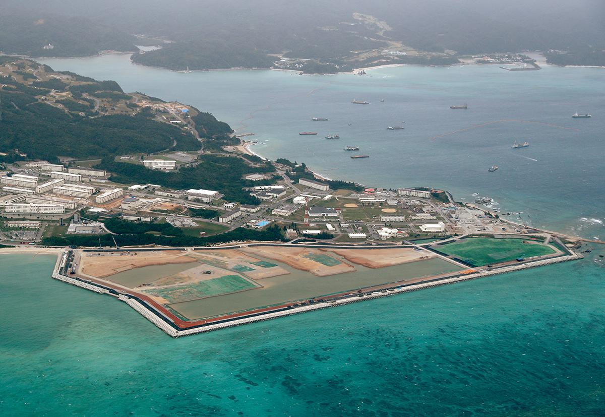 写真・図版 : 埋め立て工事が進む辺野古沖の新基地建設現場=2020年11月5日、沖縄県名護市、河合真人撮影