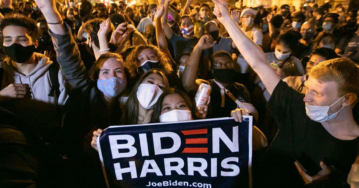 写真・図版 : 11月7日夜、ホワイトハウス周辺でバイデン氏の勝利を祝う人たち=ワシントン、ランハム裕子撮影