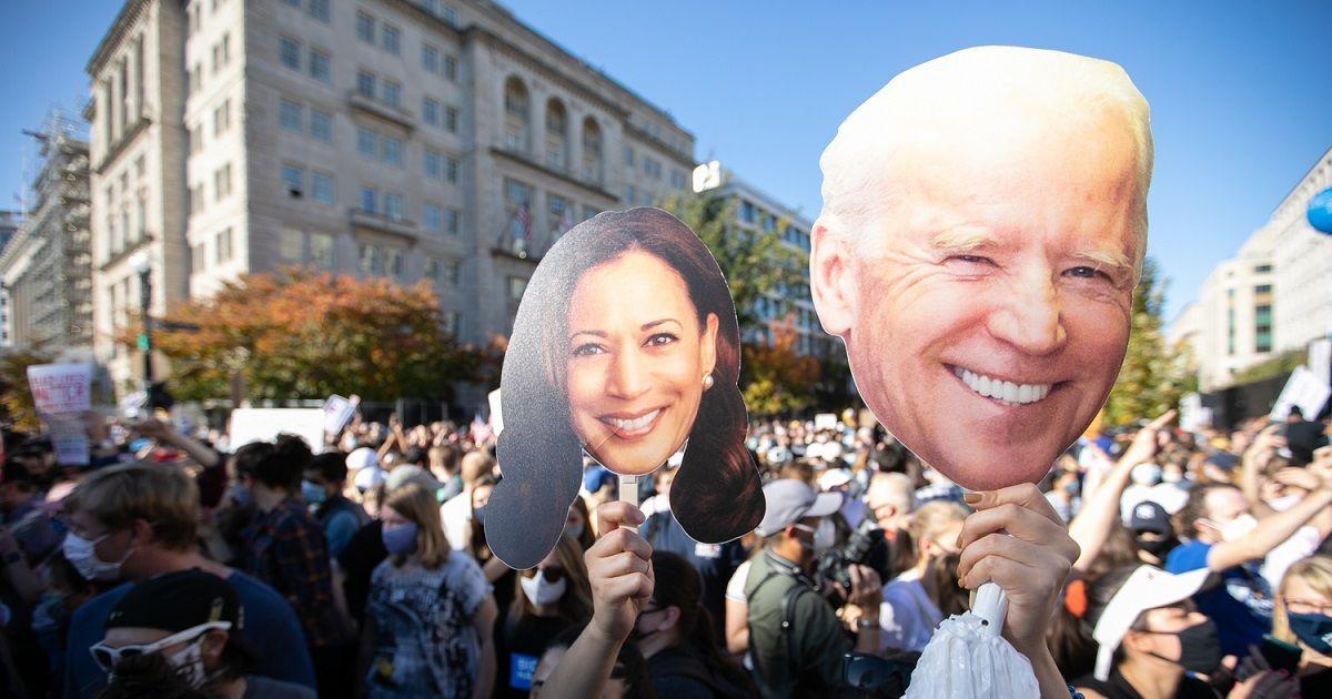 写真・図版 : ホワイトハウス周辺でバイデン氏の勝利を祝う人たち=ワシントン、ランハム裕子撮影