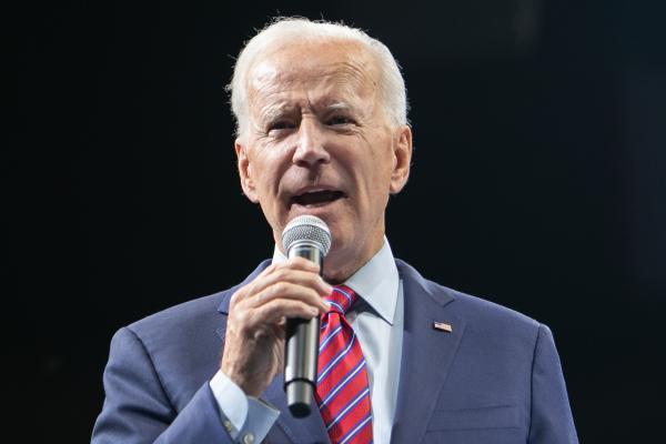 写真・図版 : 民主党の候補者集会で演説するバイデン氏 =2019年11月、アイオワ州デモイン、ランハム裕子撮影