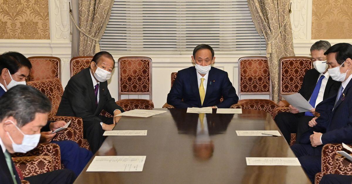 写真・図版 : 自民党の役員会に臨む菅義偉首相(中央)。左は二階俊博幹事長、右は佐藤勉総務会長=2020年11月9日、国会内、恵原弘太郎撮影