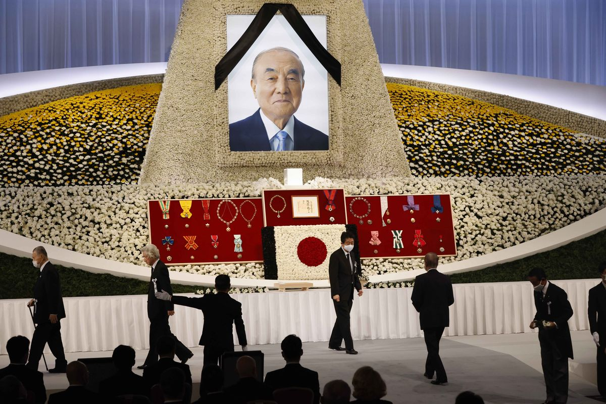 中曽根康弘元首相の内閣・自民党合同葬で献花を終えた安倍晋三前首相(右から3人目)、森喜朗元首相(左端)、小泉純一郎元首相(左から2人目)=2020年10月17日、東京都港区、代表撮影