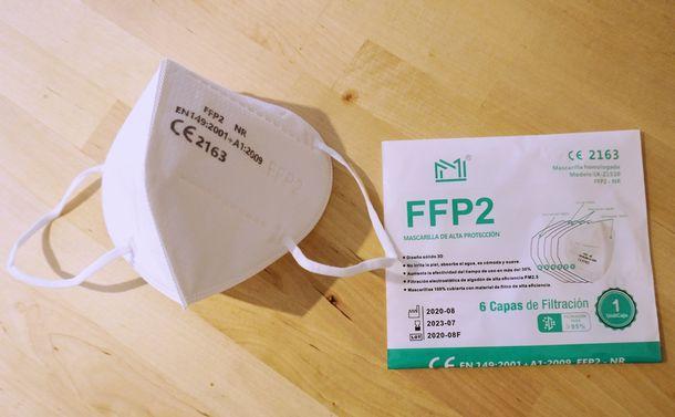写真・図版 : EUが認証しているFFPマスク。1〜3までのレベルがあり、2は94%の空中浮遊粒子を侵入を防ぐことができる(撮影:ERIKO)