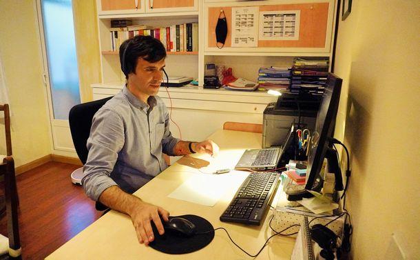 写真・図版 : エドゥアルドさんの自宅でのテレワーク(撮影:ERIKO)