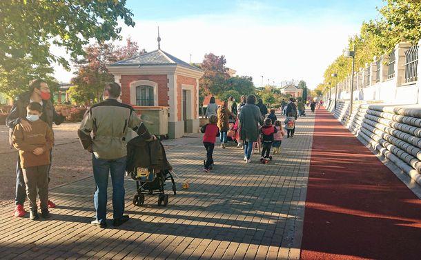写真・図版 : 非常事態宣言が出されて2日後の公園。多くの子ども連れで賑わっている(撮影:ERIKO)