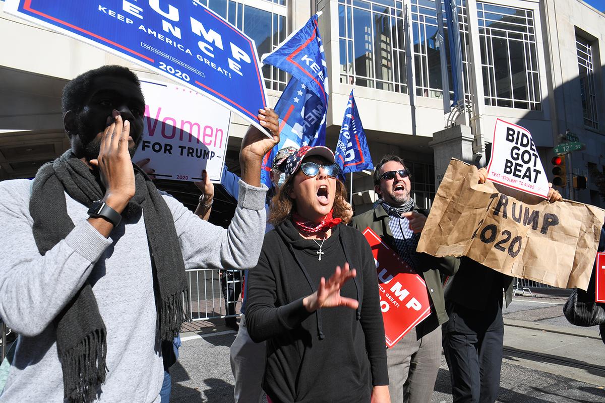 写真・図版 : 開票作業の中止を求めて叫ぶトランプ大統領の支持者=2020年11月5日、米フィラデルフィア、藤原学思撮影