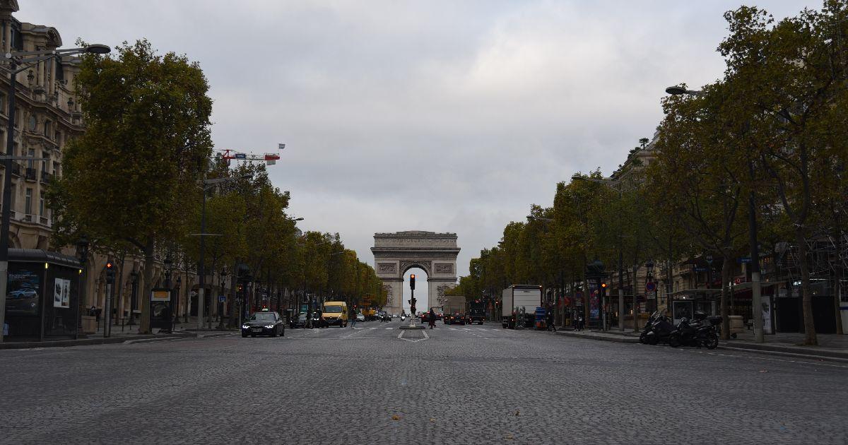 写真・図版 : 人影がまばらになったパリのシャンゼリゼ通り=2020年10月30日、疋田多揚撮影