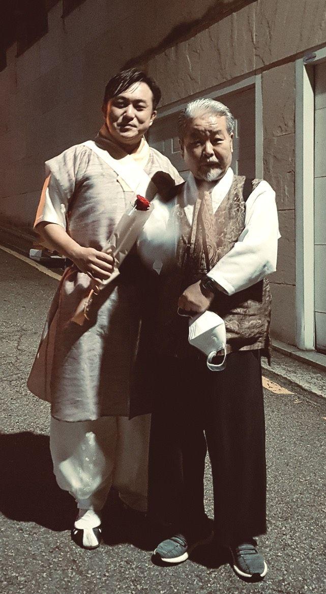 写真・図版 : 公演終了後、駆けつけてくださった、サムルノリのキンドクス師匠と一緒に。