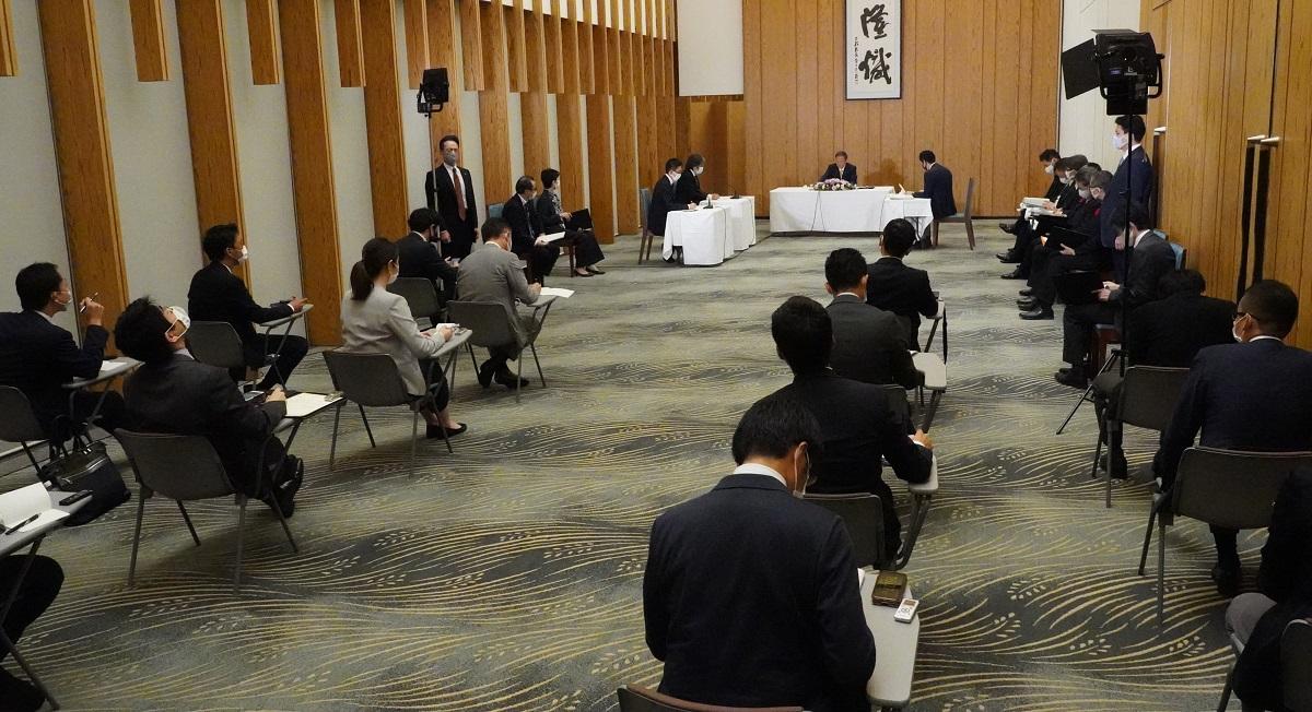 写真・図版 : 菅義偉首相へのグループインタビュー。質問をできるのは前方の3社のみ=2020年10月9日