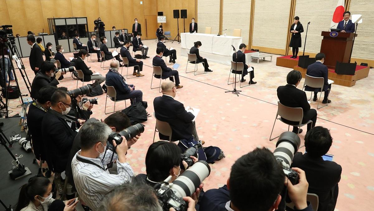 写真・図版 : 2020年4月7日の首相会見では、記者の人数が制限され、座席は間隔を空けて配置された