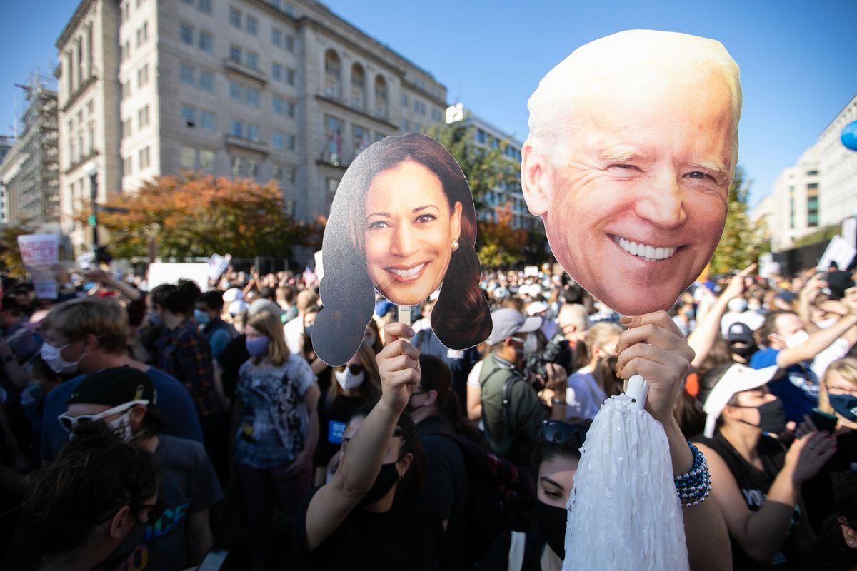 ホワイトハウス周辺でバイデン氏の勝利を祝う人たち(11月7日、ランハム裕子撮影)
