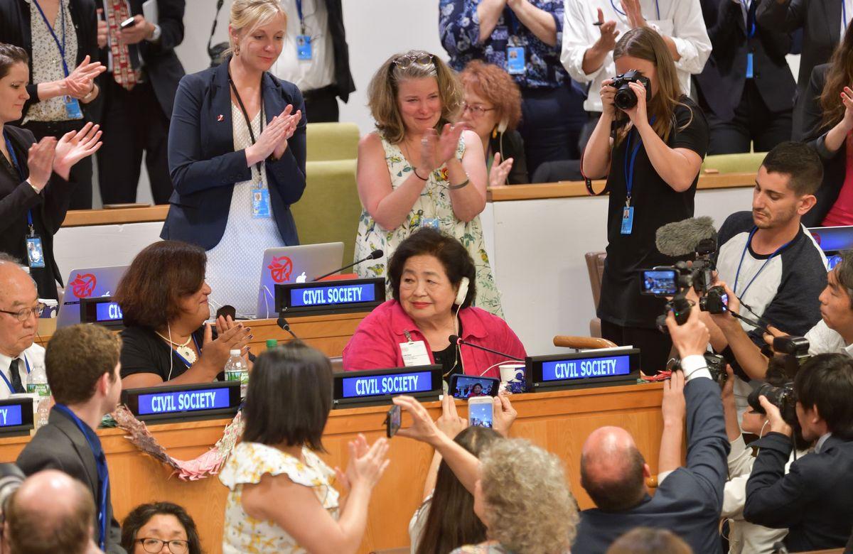核兵器禁止条約の採択後、「前進し、世界を変えよう」と演説し場内から大きな拍手を浴びるカナダ在住の被爆者サーロー節子さん(中央)=2017年7月7日、ニューヨークの国連本部