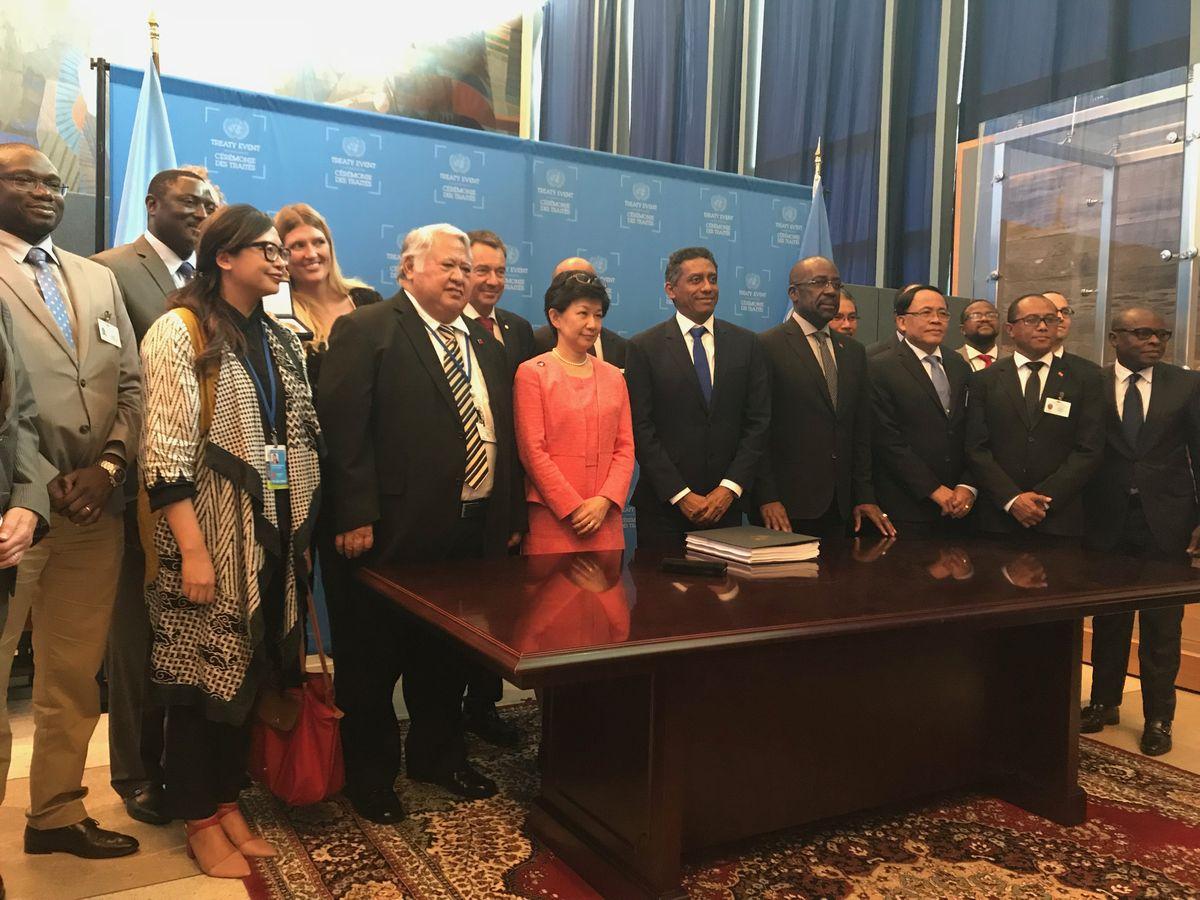 「核兵器禁止条約」の批准・署名式典に参加した各国の代表ら。前列中央は中満泉・国連軍縮担当上級代表=2018年9月26日、米ニューヨークの国連本部