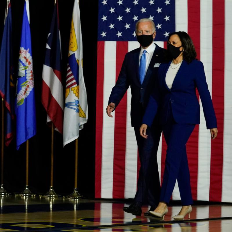 写真・図版 : 民主党の演説会場に入るバイデン氏とハリス氏=2020年11月2日、ワシントンDC、shutterstock.com
