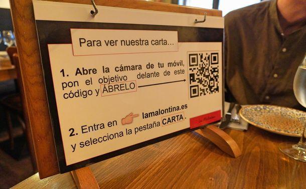 写真・図版 : レストランで採用されているメニューを読み込むQRコードだが、店員さんが口頭で説明してくれる場合がほとんど(撮影:ERIKO)