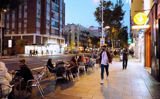 写真・図版 : マドリード市内。休日や平日の夕方以降はテラス席もいっぱいになる(撮影:ERIKO)