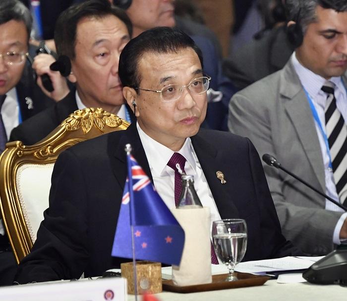 写真・図版 : RCEP首脳会合に出席した中国の李克強首相=2019年11月4日、バンコク近郊、代表撮影