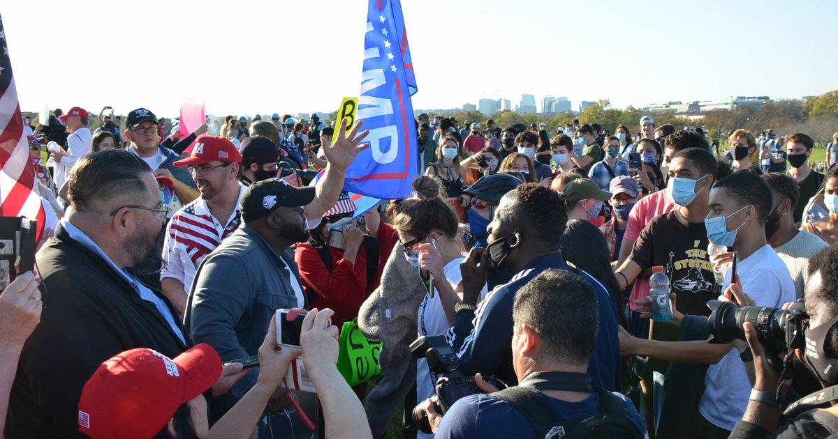 写真・図版 : ワシントン記念塔の前に集まったトランプ氏の支持者とバイデン氏の支持者。互いに口論になる場面も=2020年11月7日午後3時、ワシントン、大部俊哉撮影
