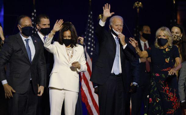 写真・図版 : 米デラウェア州で11月7日、大統領選での勝利を祝うバイデン次期大統領(中央右)とハリス次期副大統領(中央左)=ロイター
